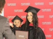 励志!一手喂奶一手写论文 加州单亲妈妈拿到哈佛法学院毕业证