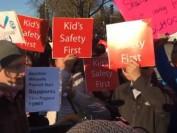 学校门口建组合屋!温哥华300名中国家长上街抗议