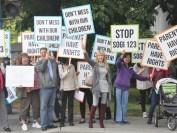 家长们向温哥华地区列治文公立教育局抗议性取向性别认同(SOGI)政策