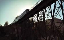 中国留学生攀桥拍照酿惨剧:遭火车撞击一死两伤