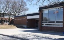 """安省约克区公立高中King City Secondary School46岁老师面临""""涉及儿童""""的色情指控"""