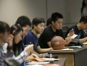 遭到不公平待遇?中国留学生抱怨美国学费太高