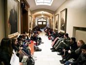 多伦多大学学生跳楼自杀 同学堵校长室抗议