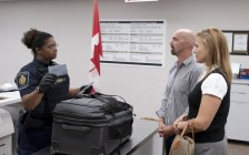 切莫心存侥幸 移民携带超额现金过加拿大海关必须申报