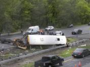 美国新泽西州校车惨烈车祸 至少2死45伤 与重型卡车迎头相撞