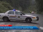 突发!2死17伤,旅游大巴翻滚跌落路堤18米,维多利亚大学2名大学生不幸身亡