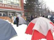 加拿大家长也疯狂!蒙特利尔市家长雪里搭帐篷,为给孩子报名上好学校