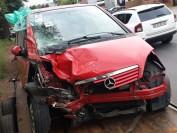 美国奔驰车高速行驶失控 连撞数树十六岁美少女丧生