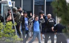 美国再传校园枪击案,1死8人受伤!2学生持枪扫射好几分钟
