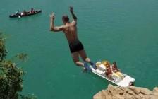 法国圣十字湖中国留学生旅游从20米高处跳入湖中溺亡