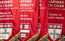 哈佛大学迎来建校384年的第一次网上毕业典礼