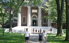 因疫情原因哈佛大学新生推迟一年入学 今年入学率降3%