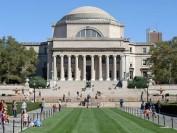 美国哥伦比亚大学按不同种族开毕业典礼?