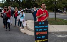 美国公立高中男生穿裙入女厕性侵女生 案件翻转